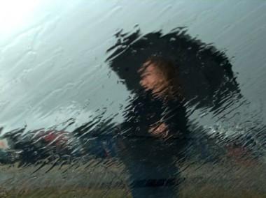 lei nella pioggia
